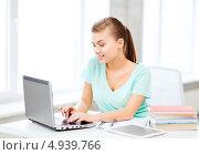 Купить «Счастливая студентка с хвостом работает за ноутбуком», фото № 4939766, снято 1 июня 2013 г. (c) Syda Productions / Фотобанк Лори