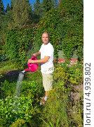 Купить «Мужчина поливает грядки на даче», эксклюзивное фото № 4939802, снято 8 августа 2013 г. (c) Елена Коромыслова / Фотобанк Лори
