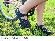 Купить «Крупный план велосипедиста с ногами на педалях», фото № 4945550, снято 8 августа 2013 г. (c) Кекяляйнен Андрей / Фотобанк Лори