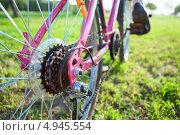 Купить «Велосипедная звездочка на заднем колесе велосипеда крупным планом и ноги на педалях», фото № 4945554, снято 8 августа 2013 г. (c) Кекяляйнен Андрей / Фотобанк Лори