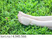 Купить «Ухоженные женские ноги в зеленой траве», фото № 4945566, снято 8 августа 2013 г. (c) Кекяляйнен Андрей / Фотобанк Лори