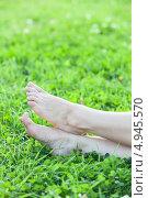 Купить «Босые женские ступни ног на летнем лугу», фото № 4945570, снято 8 августа 2013 г. (c) Кекяляйнен Андрей / Фотобанк Лори