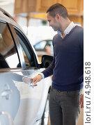 Мужчина держится за ручку дверцы автомобиля. Стоковое фото, агентство Wavebreak Media / Фотобанк Лори