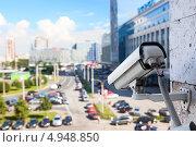 Купить «Видеокамера наблюдения на стене здания», фото № 4948850, снято 6 августа 2013 г. (c) Кекяляйнен Андрей / Фотобанк Лори