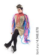 Купить «Актер травести в блестящем платье с разноцветными лентами», фото № 4948878, снято 11 августа 2013 г. (c) Discovod / Фотобанк Лори