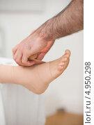 Купить «Доктор щиплет кожу лодыжки пациентки», фото № 4950298, снято 21 марта 2012 г. (c) Wavebreak Media / Фотобанк Лори
