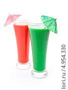 Купить «Два бокала с соком - красным и зеленым, и коктейльными зонтиками», фото № 4954330, снято 15 февраля 2012 г. (c) Wavebreak Media / Фотобанк Лори