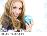 Купить «Красивая девушка с новогодними елочными шарами», фото № 4954554, снято 20 сентября 2008 г. (c) Syda Productions / Фотобанк Лори
