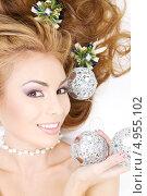 Купить «Красивая девушка с новогодними елочными шарами», фото № 4955102, снято 20 сентября 2008 г. (c) Syda Productions / Фотобанк Лори
