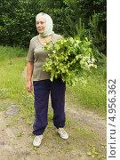 Купить «Женщина с березовыми вениками», фото № 4956362, снято 22 июня 2013 г. (c) Александр Романов / Фотобанк Лори