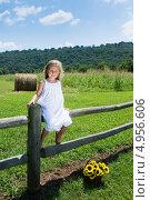 Купить «Симпатичная пятилетняя девочка в белом платье сидит на заборе», фото № 4956606, снято 14 августа 2013 г. (c) Ирина Кожемякина / Фотобанк Лори