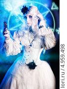 Готическая девушка в белом платье с зеркалом. Стоковое фото, фотограф Евгений Накрышский / Фотобанк Лори