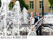 Портрет жениха и невесты посреди фонтанов. Стоковое фото, фотограф Игорь Низов / Фотобанк Лори