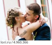 Купить «Поцелуй жениха и невесты», эксклюзивное фото № 4960366, снято 15 июня 2013 г. (c) Игорь Низов / Фотобанк Лори