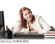 Улыбающаяся молодая женщина в офисе перед компьютером. Стоковое фото, фотограф oleksandr gurin / Фотобанк Лори