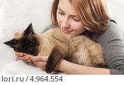 Милая девушка нежно обнимает кошку. Стоковое фото, фотограф oleksandr gurin / Фотобанк Лори