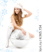 Купить «Стройная девушка с распущенными волосами с диско шаром», фото № 4965154, снято 20 сентября 2008 г. (c) Syda Productions / Фотобанк Лори
