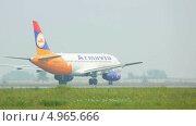 Купить «Самолет на взлетной полосе», видеоролик № 4965666, снято 23 июля 2013 г. (c) Игорь Жоров / Фотобанк Лори