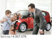 Купить «Менеджер дает ключи от нового автомобиля женщине с ребенком», фото № 4967078, снято 18 мая 2013 г. (c) Дмитрий Калиновский / Фотобанк Лори