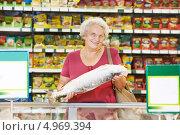 Купить «Пожилая женщина покупает рыбу в магазине», фото № 4969394, снято 13 августа 2013 г. (c) Дмитрий Калиновский / Фотобанк Лори