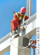 Купить «Монтажник работает на строительной площадке», фото № 4969410, снято 1 августа 2013 г. (c) Дмитрий Калиновский / Фотобанк Лори