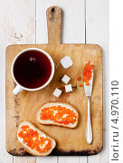 Купить «Чашка чая и два бутерброда с красной икрой», фото № 4970110, снято 29 ноября 2011 г. (c) Лисовская Наталья / Фотобанк Лори