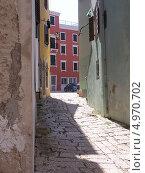 На солнечной стороне улицы, Врсар, Хорватия. Стоковое фото, фотограф Николаева Наталья / Фотобанк Лори