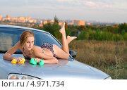 Купить «Девушка в купальнике лежит на капоте и моет машину на улице», фото № 4971734, снято 9 сентября 2012 г. (c) Арестов Андрей Павлович / Фотобанк Лори