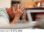 Мужчина держится двумя руками за голову. Стоковое фото, фотограф Данил Руденко / Фотобанк Лори