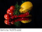 Лимон, помидоры черри и перец чили на черном фоне. Стоковое фото, фотограф Надежда Бобкова / Фотобанк Лори