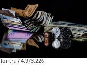 Монеты и банкноты на зеркальной поверхности. Стоковое фото, фотограф Надежда Бобкова / Фотобанк Лори