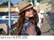 Красивая девушка с длинными волосами оглядывается и поправляет шляпку. Стоковое фото, фотограф Ирина Кузнецова / Фотобанк Лори