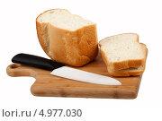 Белый хлеб и нож на разделочной доске. Стоковое фото, фотограф Сергей Видинеев / Фотобанк Лори