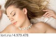 Купить «Красивая девушка с ожерельем лежит, разметав волосы по подушке», фото № 4979478, снято 3 августа 2006 г. (c) Syda Productions / Фотобанк Лори