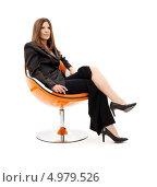 Счастливая деловая женщина в оранжевом кресле с мобильным телефоном в руке. Стоковое фото, фотограф Syda Productions / Фотобанк Лори