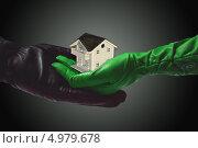 Мужская и женская рука держат дом. Стоковое фото, фотограф O.Guerro / Фотобанк Лори