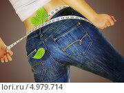 Девушка в джинсах измеряет талию. Стоковое фото, фотограф O.Guerro / Фотобанк Лори