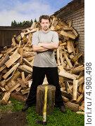 Купить «Деревенский мужчина на фоне кучи дров», фото № 4980498, снято 17 июля 2013 г. (c) Дмитрий Черевко / Фотобанк Лори