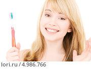 Купить «Счастливая девушка со здоровыми зубами чистит их зубной щеткой», фото № 4986766, снято 3 января 2009 г. (c) Syda Productions / Фотобанк Лори