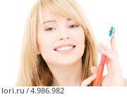 Купить «Счастливая девушка со здоровыми зубами чистит их зубной щеткой», фото № 4986982, снято 3 января 2009 г. (c) Syda Productions / Фотобанк Лори