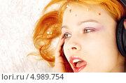 Купить «Юная девушка слушает любимую музыку в больших наушниках», фото № 4989754, снято 14 августа 2006 г. (c) Syda Productions / Фотобанк Лори