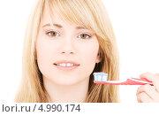 Купить «Девушка чистит зубы на белом фоне», фото № 4990174, снято 3 января 2009 г. (c) Syda Productions / Фотобанк Лори