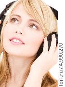 Купить «Юная девушка с нежной улыбкой слушает музыку в наушниках», фото № 4990270, снято 3 января 2009 г. (c) Syda Productions / Фотобанк Лори