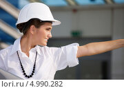 Купить «Энергичная молодая женщина инженер в белой каске», фото № 4990282, снято 17 августа 2008 г. (c) Syda Productions / Фотобанк Лори