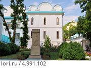 Купить «Святогорский монастырь. Задний двор. С видом на гору со статуей революционера Артема», фото № 4991102, снято 23 июня 2013 г. (c) Sanna / Фотобанк Лори
