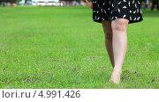 Купить «Прогулка босиком по траве, крупный план», видеоролик № 4991426, снято 25 августа 2013 г. (c) Кекяляйнен Андрей / Фотобанк Лори
