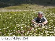 Мужчина сидит на лугу в горах Армении, Дилижан. Стоковое фото, фотограф Мороз Елена / Фотобанк Лори