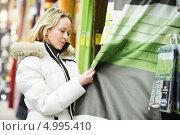 Купить «Женщина выбирает шторы в магазине», фото № 4995410, снято 27 декабря 2012 г. (c) Дмитрий Калиновский / Фотобанк Лори