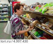 Купить «Женщина выбирает хлеб в магазине», эксклюзивное фото № 4997430, снято 8 июня 2013 г. (c) Вячеслав Палес / Фотобанк Лори