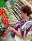 Покупатель взвешивает товар, фото № 4997446, снято 11 июня 2013 г. (c) Вячеслав Палес / Фотобанк Лори